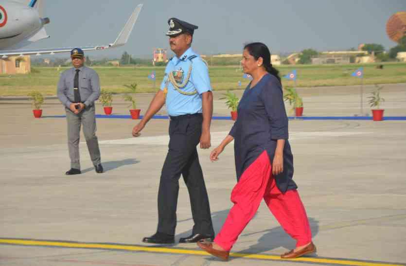 दो घंटे रुकी रक्षामंत्री की दो टूक- कोई दुश्मन नहीं खतरनाक