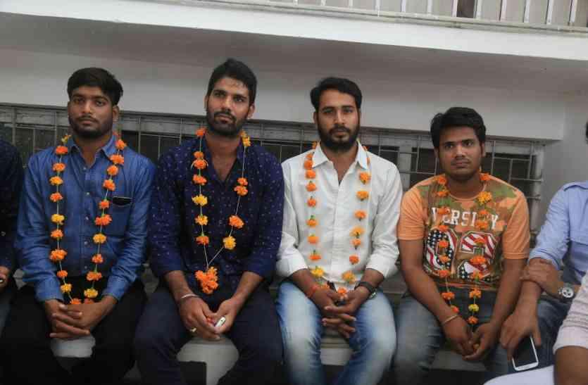 उदयपुर: छात्र बैठे भूख हड़ताल पर, नारेबाजी के बीच छात्रसंघ चुनाव पर उठाए प्रश्न, रखी ये मांगें