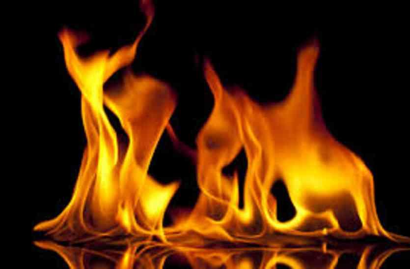 सचिव पर उड़ेल दी पेट्रोल और जलाने लगा जिंदा, उसने इतना ही कहा था- नहीं मिलेगा राशन