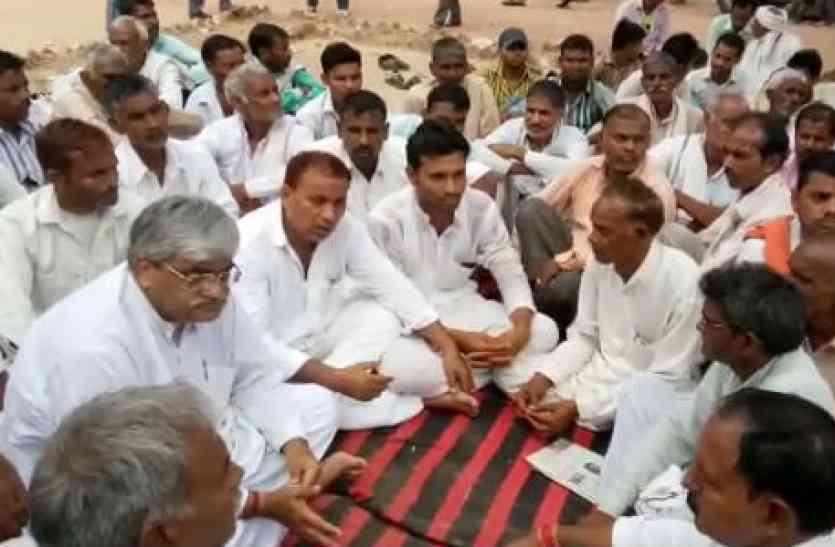 पुलिस ने बात नहीं मानी तो धरने पर बैठ गए भाजपा नेता
