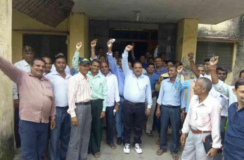 डूंगरपुर : प्रबोधक उतरे सामूहिक अवकाश पर, किया धरना प्रदर्शन