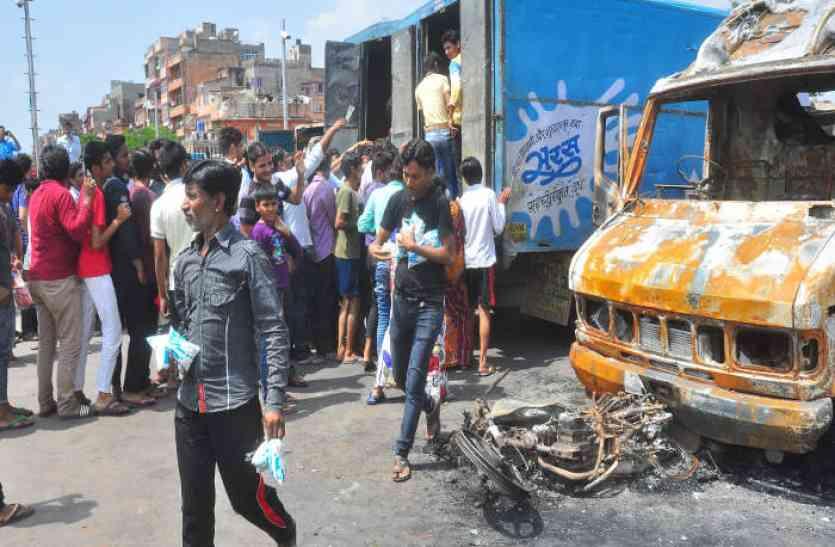 रामगंज हिंसा: मजबूरी का फायदा उठा मनमानी कीमत पर बेचा जा रहा दूध! जरूरी चीजों के लिए मच गई मारामारी