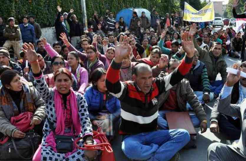 यूपी सरकार से नहीं बची शिक्षा मित्रों को उम्मीद, अब दिल्ली घेरकर केंद्र से हस्तक्षेप की करेंगे अपील