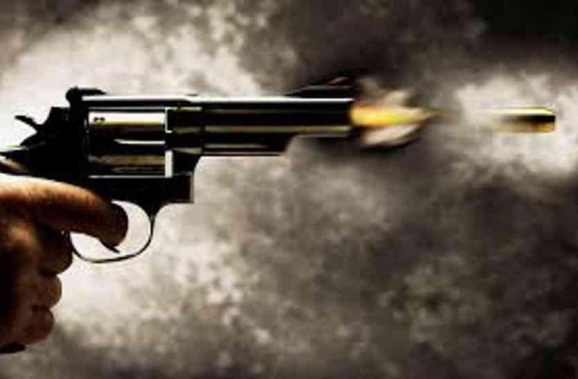 पुलिस ने दो लुटेरों को गोली चलाकर दबोचा