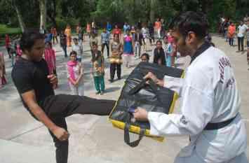 बेटियां सीख रही मार्शल आर्ट्स...देखिए तस्वीरें