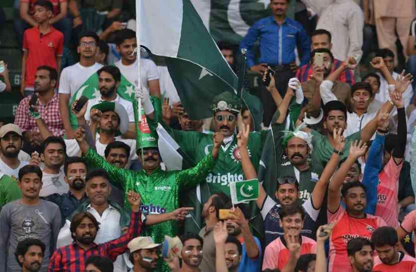 पाकिस्तानी क्रिकेट फैंस की इस हरकत ने खेल को किया शर्मशार, विश्व के क्रिकेटर्स का भी हुआ अपमान! देखें वीडियो