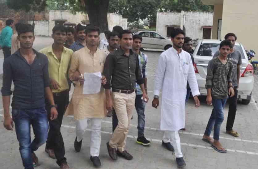 आजमगढ़ के शिब्ली पीजी कालेज में छात्रसंघ चुनाव से पहले अापस में भिड़े दो गुट
