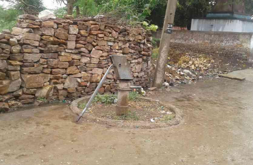 निजी बोरिंग से पानी नहीं मिलने से फैली अफरा-तफरी