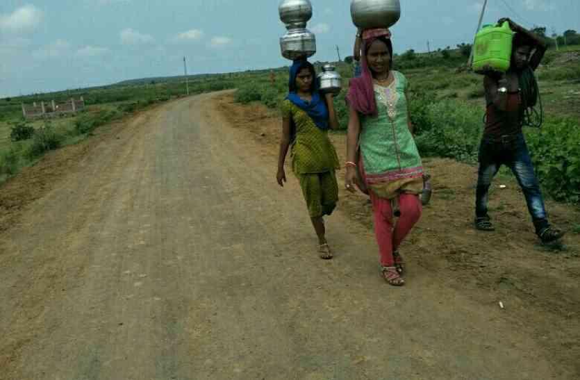पानी की किल्लत ने इस गांव के लोगों को वो काम करने पर मजबूर कर दिया जो आप सोच भी नहीं सकते