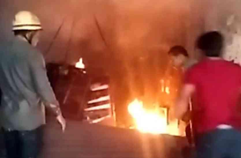 सुबह-सुबह अचानक लगी आग, एक दुकान हुई खाक - देखें वीडियो