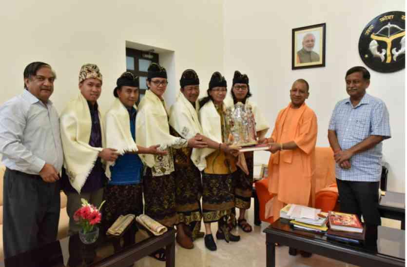 मुख्यमंत्री ने इण्डोनेशिया के रामलीला दल के कलाकारों से भेंट की