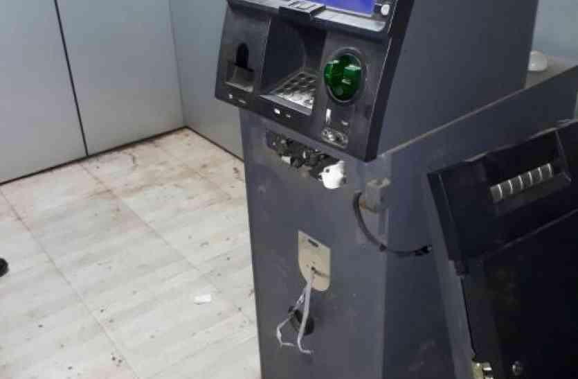 चोरी में सफल नहीं हुए तो चोरों ने ATM पर निकाला गुस्सा, जमकर की तोडफ़ोड़