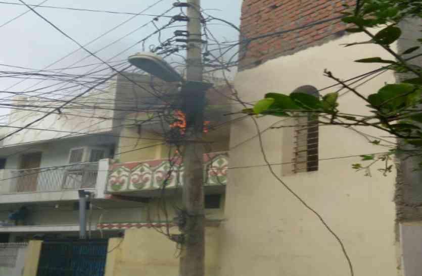 विद्युत विभाग की यह कैसी मरम्मत, जिस केबल को किया ठीक, दूसरे दिन फिर उसी केबल में लगी आग
