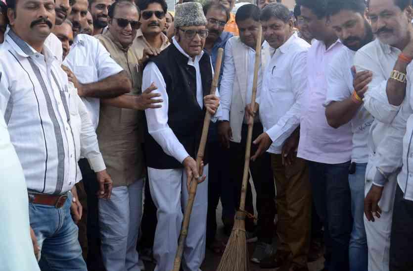 भारतीय जनता पार्टी के जनप्रतिनिधियों ने शहर में की सफाई