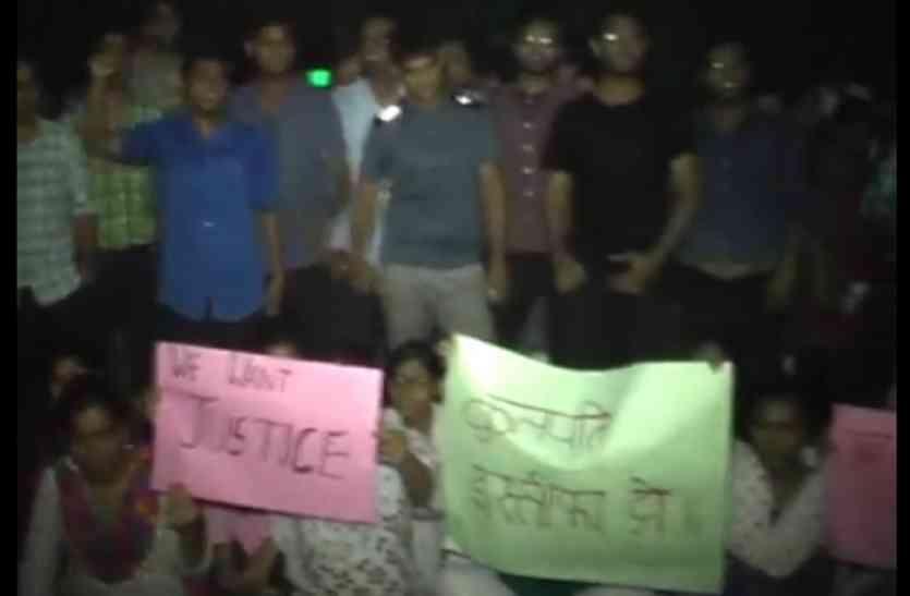 मेडिकल के छात्र की मां की हुई मौत, छात्रों ने सैफई पीजीआई में किया हंगामा