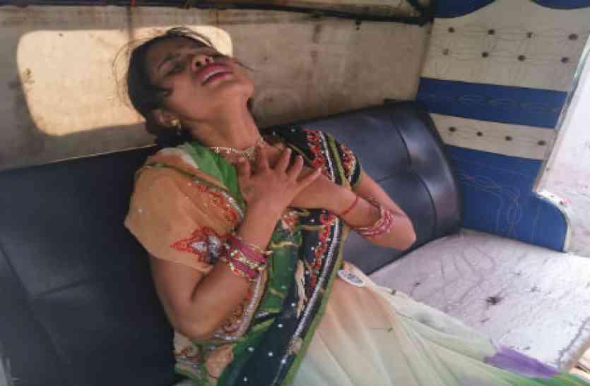 दर्द से चीख रही महिला को चेेकिंग के दौरान गाड़ी से पुलिस ने उतारा
