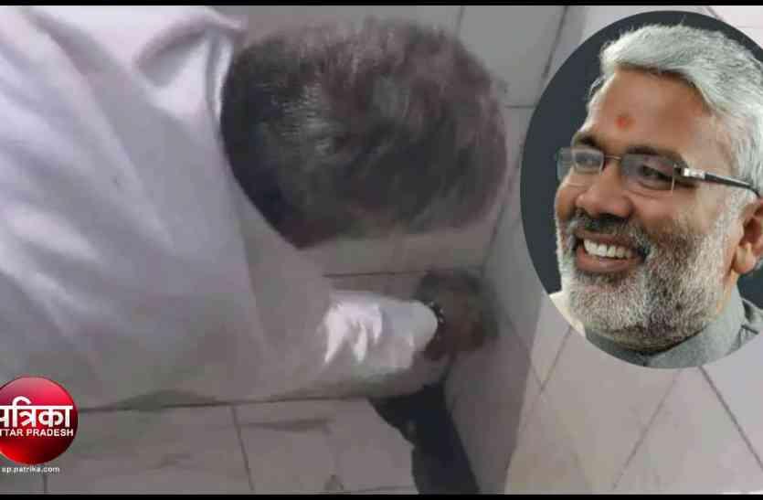 यूपी के परिवहन मंत्री स्वतंत्र देव सिंह ने बस स्टैंड पर खुद साफ किया शौचालय