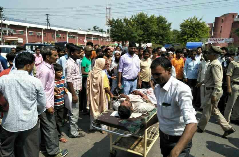 अलीगढ़ में ट्रक ने मैक्स को मारी टक्कर, चार की मौत