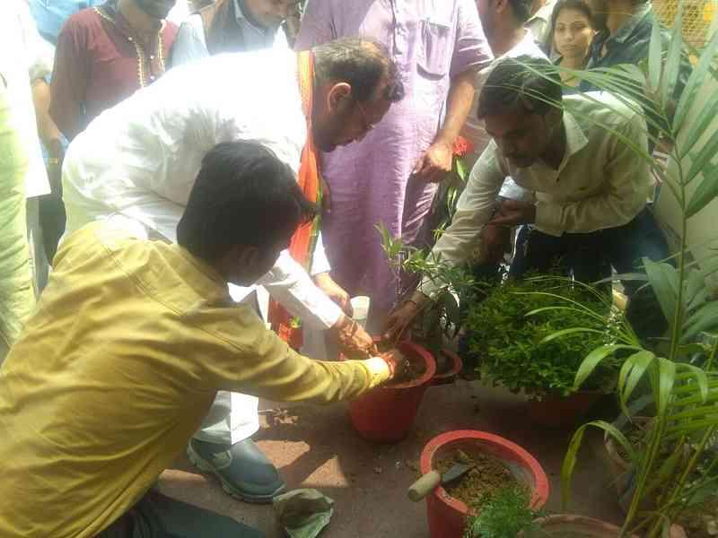 पीएम नरेन्द्र मोदी के रविन्द्रपुरी स्थित कार्यालय में पौधरोपण करते मंत्री सुरश खन्ना