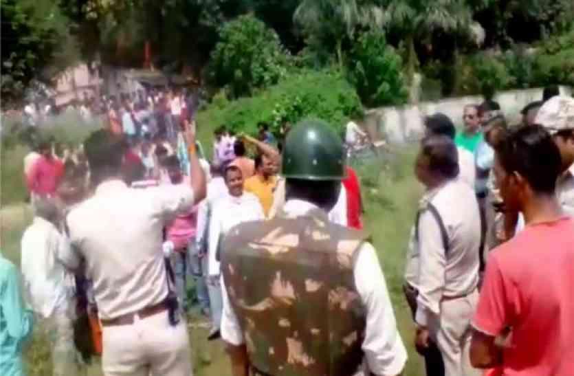 Video : शव दफनाने के दौरान बनी विवाद की स्थिति, दोनों समुदाय आमने-सामने, भारी मात्रा में पुलिस बल तैनात...