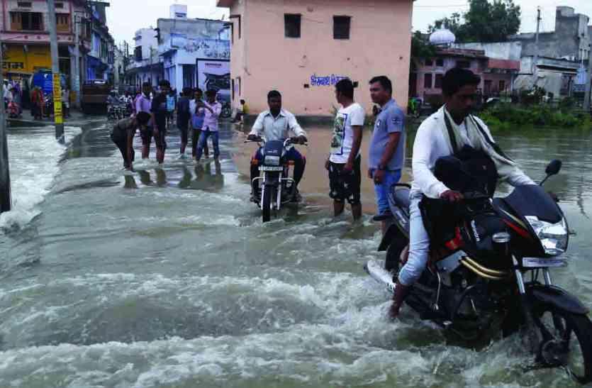 PHOTOS : छलकती झील का पानी बांडियानाला में हो गया बेकाबू : प्रशासन को आधी रात मोही में खाली करानी पड़ी दुकानें