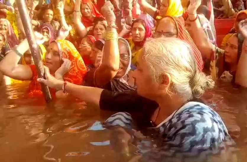 मंच से बर्थडे पर पीएम नरेंद्र मोदी को धिक्कारा, डूब प्रभावितों ने कहा देश को धोखा दे रहे पीएम