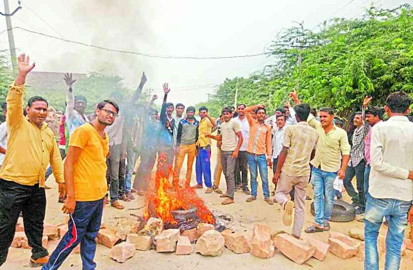 तस्कर का पीछा करने के दौरान पुलिस की चेतक हुइ ग्रामीण की मृत्यु पर बाजार बंद और ग्रामीणों का प्रदर्शन..
