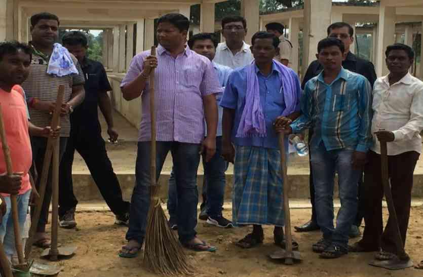 हाथों पर माइक की जगह झाड़ू पकड़े हुए कोई और नहीं मंत्री जी निकले हैं अपनी अहम जिम्मेदारी निभाने