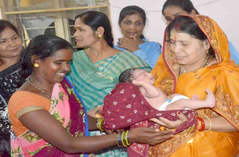 मंत्री रमशीला ने नवजात को गोद में लेकर महिला से पूछा - कोई तकलीफ तो नहीं