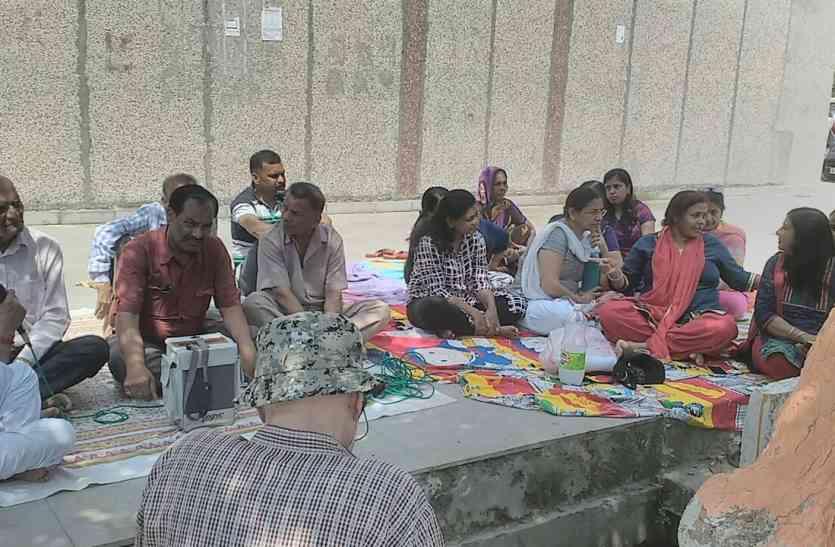 400 परिवारों का रातों रात बदल गया रास्ता, सोसायटी के गेट पर आरडब्ल्यूए ने जड़ा ताला