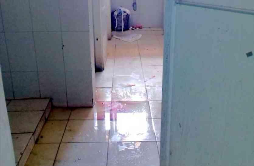 शौचालय व फर्श पर बिखरा रहता है खून