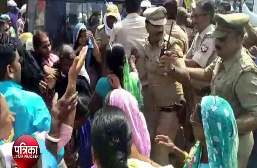 गोरखपुर में मुआवजे को लेकर प्रदर्शन कर रहे किसानों पर पुलिस ने भाजी लाठी