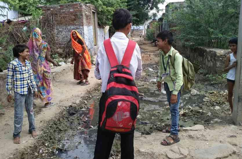 रेलवे कॉलोनी  कीचड़ में डूबी सडक़, राहगीर परेशान -स्कूली बच्चे भी परेशान