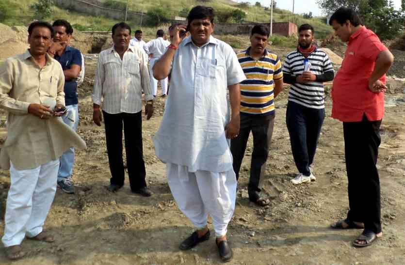 पोण्ड निर्माण की धीमी गति पर कृषि मंत्री ने अभियंता को लगाई लताड़