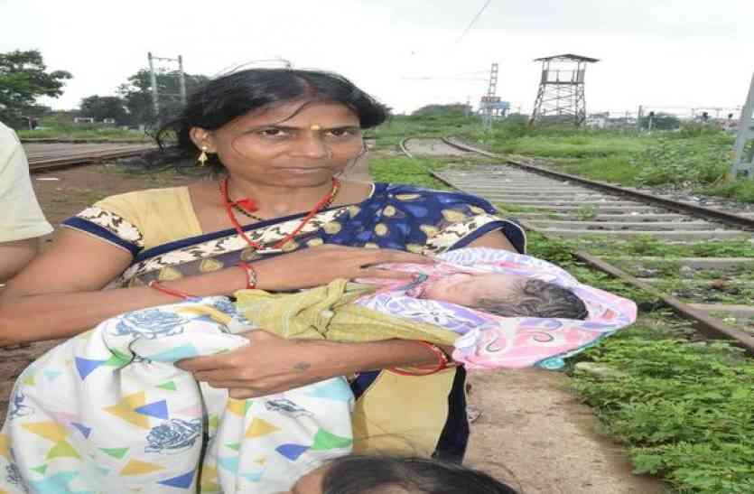 आउटर पर ट्रेन रोककर करवाई महिला की डिलिवरी, बेटे को दिया जन्म