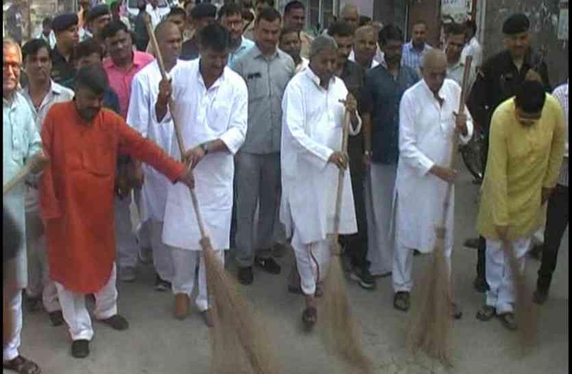 पीएम मोदी के जन्मदिन पर राज्यसभा सांसद विनय कटियार ने रामनगरी में लगाई झाड़ू