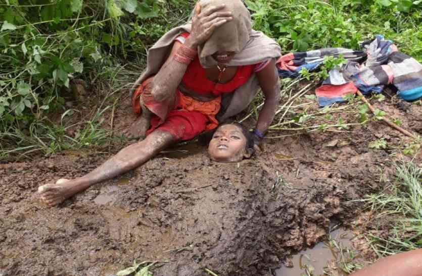 बेटी को जिंदा करने गोबर में लाश गाड़कर बिलखती रही मां, फोटो देखकर खड़े हो जाएंगे रोंगटे
