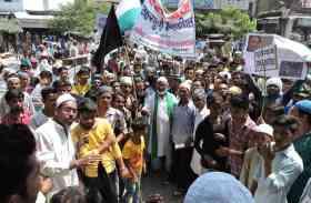 रोहिंग्या मुसलमानों के समर्थन में सड़क पर उतरे मुस्लिम समाज के लोग, देखें तस्वीरें