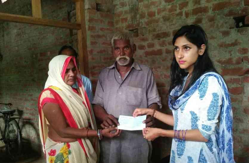 शहीद अजयपाल के परिजनों को कांग्रेस विधायक ने सौंपा पांच लाख का चेक