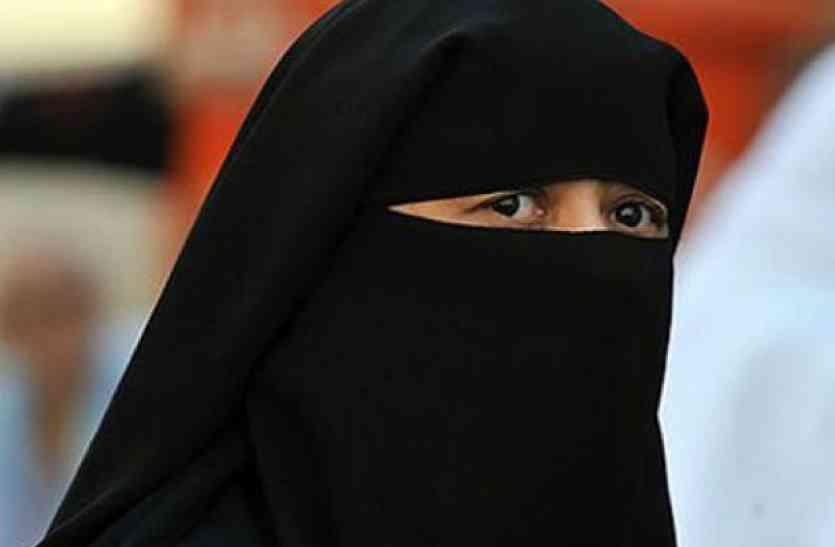 जमीन बेचने से मना किया तो शौहर ने दिया तीन तलाक, सात बच्चों के साथ भटक रही महिला