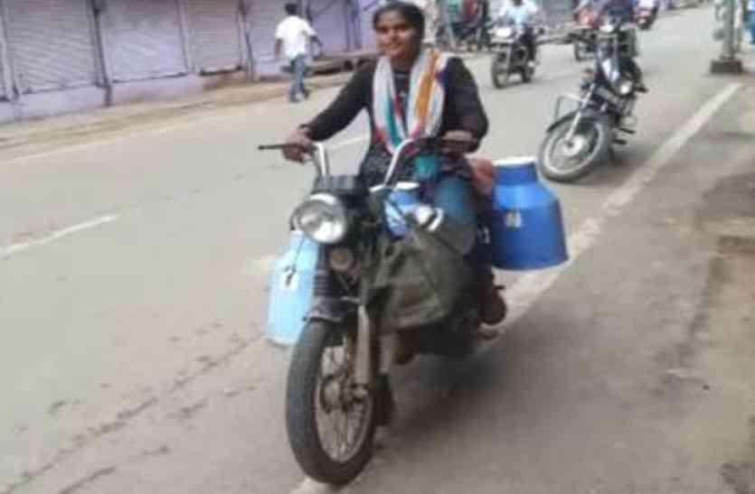 इस लाडाे काे सलाम, पढ़ाई के लिए सुबह 4 बजे जागकर हर दिन बेचती है दूध