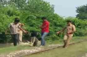 यूपी पुलिस का एक और कारनामा, शव को रस्सी में बांधकर घसीटा