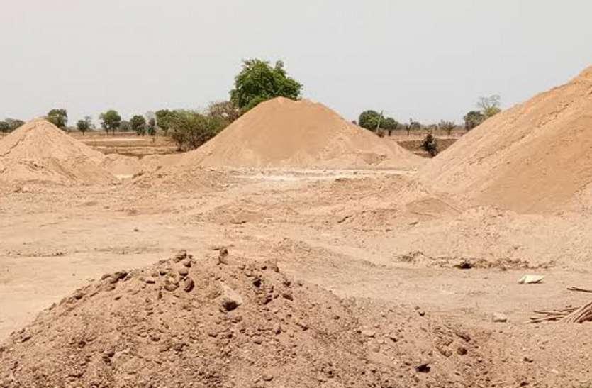 रेत व मुरम से भरे तीन हाइवा और दो डम्पर जब्त