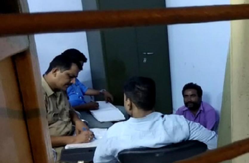 यूपी के मिर्जापुर में दो संदिग्ध विस्फोटक के साथ गिरफ्तार