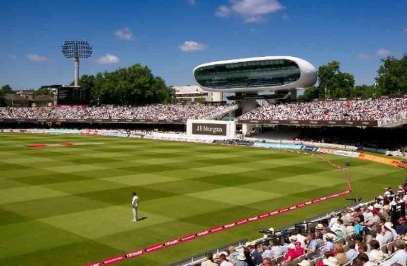 क्रिकेट के मैदान पर कपल ने किया कुछ ऐसा जो क्रिकेट इतिहास में इससे पहले कभी नहीं देखा गया...