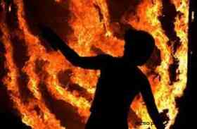 चौंक गए लोग जब देखा सड़क पर दौड़ रही थी आग की लपटों से घिरी महिला फिर...