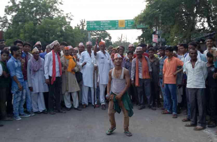 बुंदेलखण्ड किसानों ने सूखा घोषित किये जाने और मुआवजे की मांग को लेकर झांसी मिर्जापुर राष्टीय राजमार्ग पर लगाया जाम