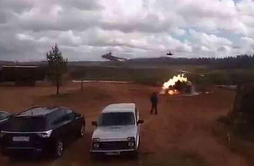 आसमान में उड़ रहे थे दो रुसी लड़ाकू हेलिकॉप्टर, तभी एक ने दर्शकों पर ही छोड़ दिया रॉकेट!