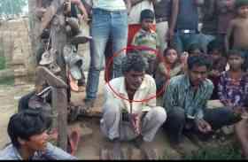 PHOTO में दिख रहे शख्स ने कुछ ऐसा किया कि गांव वालों ने इसे पहनाई जूतों की माला और निकाला जुलूस, इसकी हरकत हैरत में डाल देगी