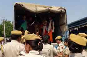 जिला परिषद में मंत्री के सामने प्रदर्शन कर रही बीएड छात्राओं को जबरन ट्रक में बंद कर ले गई पुलिस